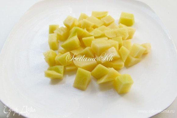Картофель очистить и нарезать кубиками