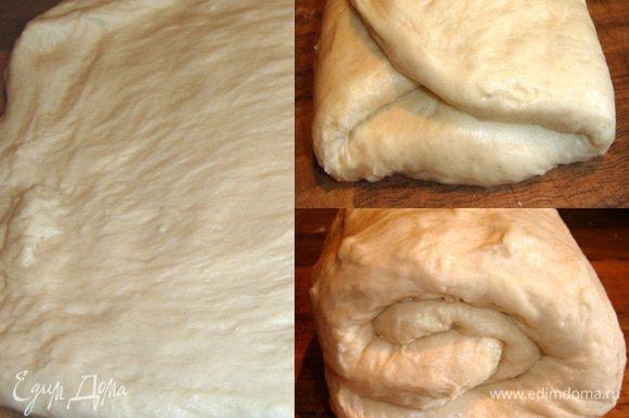 Через полчаса тесто размять руками в прямоугольник на присыпанной мукой поверхности,сложить втрое (слева-направо и справа-налево). Затем свернуть тесто от себя в рулет. Переложить тесто в миску,накрыть полотенцем и убрать в тёплое место ещё на 30 минут.