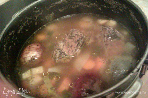 Снимаем кастрюлю с огня. Вылавливаем мясо, бульон процеживаем. Бульон можно использовать для приготовления вкусных наваристых супов. Морковь можно подать к мясу (она приобретает сладкий вкус).
