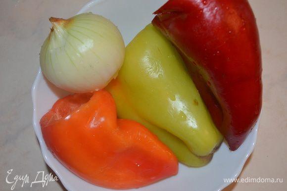 Овощи для начинки помыть и почистить.