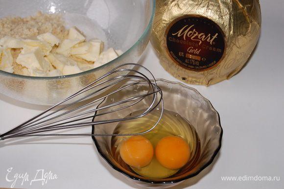 Миндальный крем: Для миндального крема взбить венчиком до однородного состояния размягченное сливочное масло, сахар, яйца, шоколадный ликер и миндальную муку.