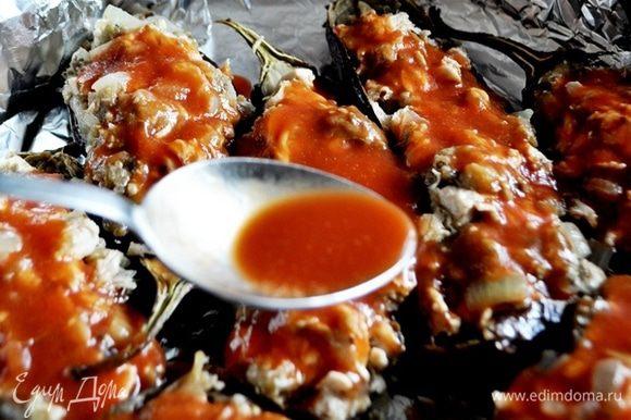 каждый бклажан полить густым томатным соком и поставить в разогретую до 180-200С духовку на 15 минут.