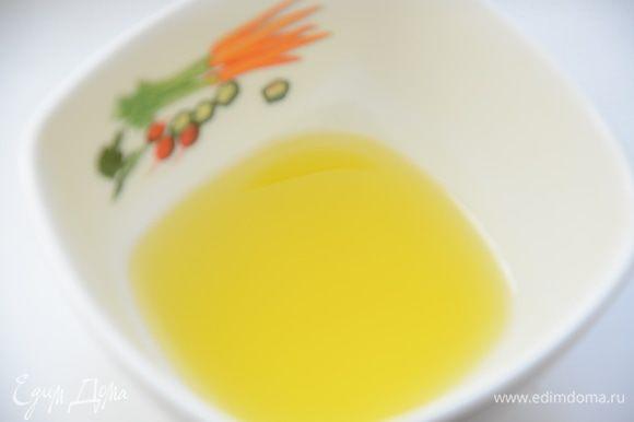 Смазать квадраты лаваш с обеих сторон растительным маслом(лучше оливковым,так ароматнее).