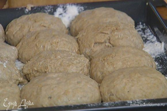 Противень припорошить оставшейся мукой, выложить булочки.