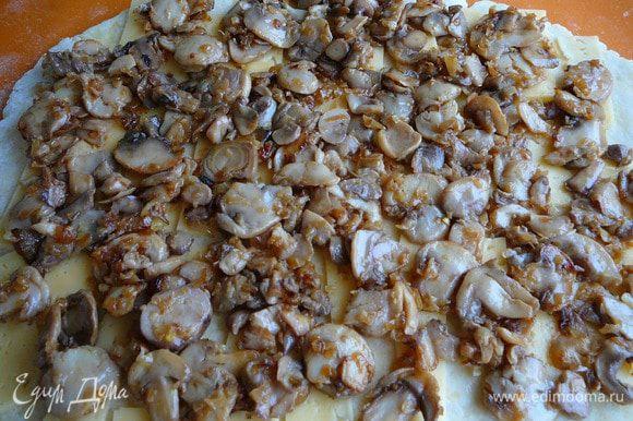 Выложить грибы с луком.