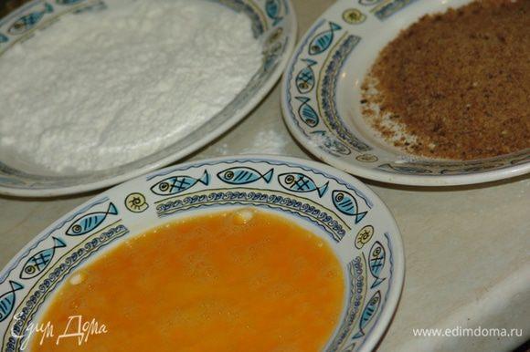Тушку обвалять в муке (соль-перец), потом - в яйце, потом - в сухарях и обжарить на подсолнечном масле до золотистой корочки.