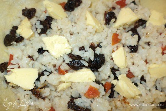 1 слой рис с сухофруктами и поверху уложить небольшие кусочки масла