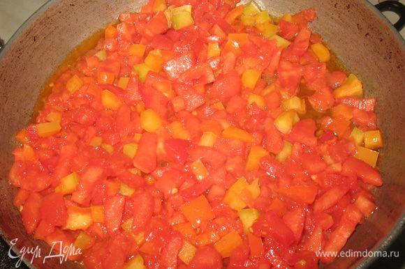 С помидора снять кожицу и удалить семена, нарезать кубиками. Посолить и пассивировать на оливковом масле.