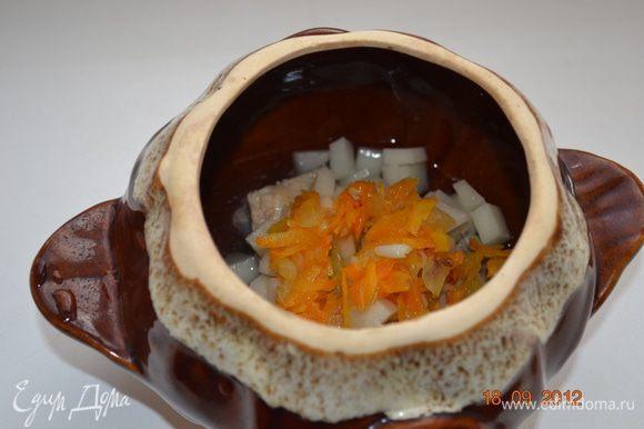 На растительном масле обжаривае лук и морковь и ложим на картофель.