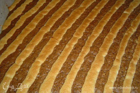 Выпекаем бисквит при температуре 200 гр. 8 минут. Готовый бисквит выкладываем на влажное полотенце и влажным полотенцем накрываем, чтобы бисквит оставался мягким.