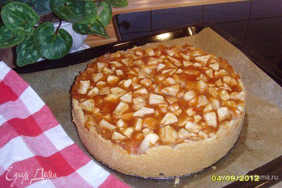 Выпекать в разогретой духовке при 180°С около 60 минут. Начинка может показаться немного жидковатой, но когда пирог остынет всё схватится. Форму освободить от кольца, пирог охладить на кухонной решетке, украсить по желанию.