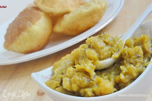 Подавайте с горячими лепешками Пури, приготовленными по рецепту http://www.edimdoma.ru/retsepty/47331-indiyskie-lepeshki-puri