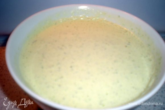 Для соуса берем сметану,измельченный чеснок и зелень(у меня кинза).Все отправляем в блендер,посолить по вкусу.