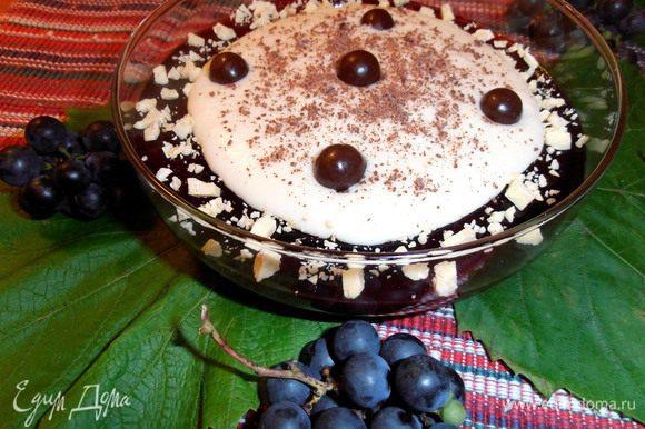 Нашлось немного шоколадного драже - оно сладкое и с кисленьким желе отлично сочетается!