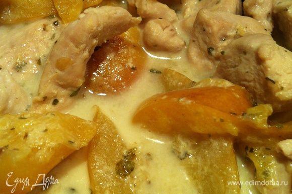 Когда мяско с нектаринами будет готово, добавляем совсем немножечко сливочек, чтобы вкус стал более мягким.