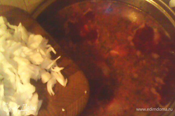 В самом конце, минут за 7 до готовности, добавляем нашинкованную капусту, солим по вкусу. Доводим до готовности. Приятного аппетита!
