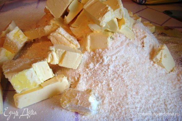 Муку просеиваем. Добавляем сахар, соль. Масло режем кубиками.