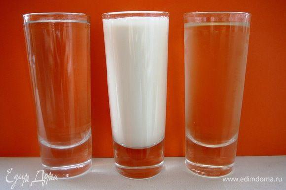 Для соуса в равном количестве берем сухое вино, воду и сметану (по 90-100 г)