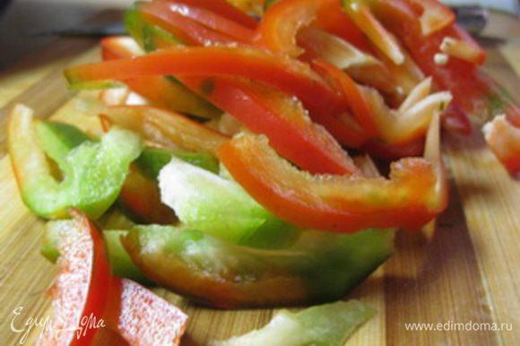 Начинка 1. Сладкий перец вымыть, очистить от семян и нарезать крупной соломкой.