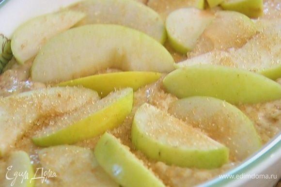 На тесто поместить вторую половину яблок и посыпать оставшимся сахаром.
