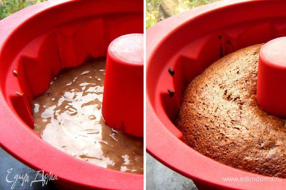 Перелить тесто в форму диаметром 24 см. Выпекать при 180*С около 40-45 минут. Готовый кекс остудить в форме, переложить на тарелку и украсить узором из растопленного шоколада,сахарной глазурью (1 ст.л. лимонного сока+1 ст.л. горячей воды+150гр сахарной пудры) или просто присыпать сахарной пудрой. Приятного чаепития!