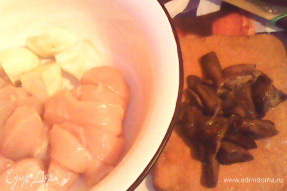 Мясо, лук и грибы перемолоть на мясорубке в фарш.