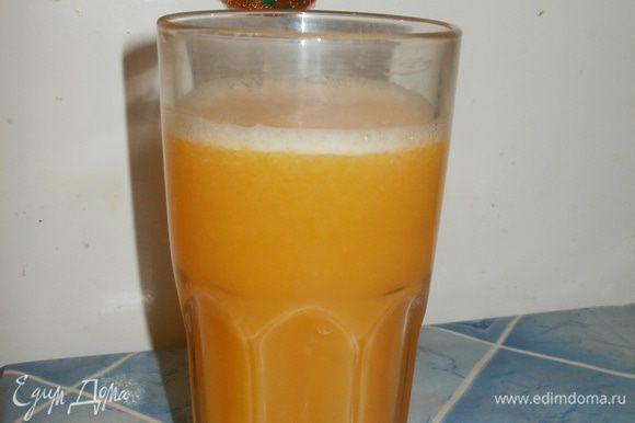 Выдавливаем сок из апельсинов и лимона.