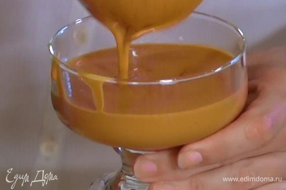 Разлить карамельный мусс в прозрачные креманки и отправить в холодильник на 2 часа.
