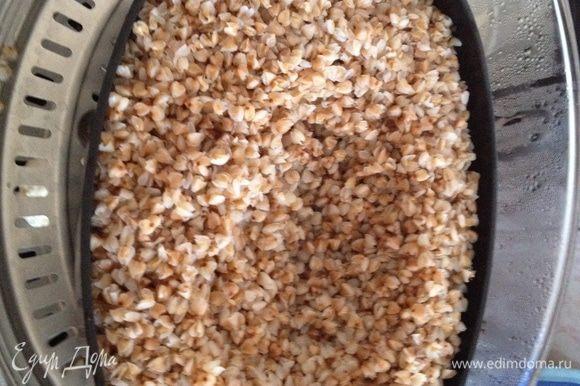 Кипятим воду (примерно 1,5 л). В форму для круп засыпаем промытую гречку. Заливаем кипятком так, чтобы вода перекрывала гречку на 1 см. Солим, перемешиваем. Ставим гречку во второй ярус пароварки. Накрываем крышкой и включаем пароварку на 16 мин.