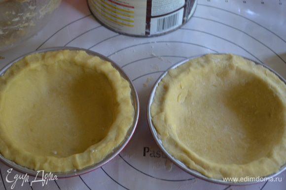 У меня 2 порционные круглые формы, но кол-во ингредиентов ровно подходит на одну большую круглую форму или на 2 маленькие. Выложим поверх тесто, примнем аккуратно. Отставим в сторону.