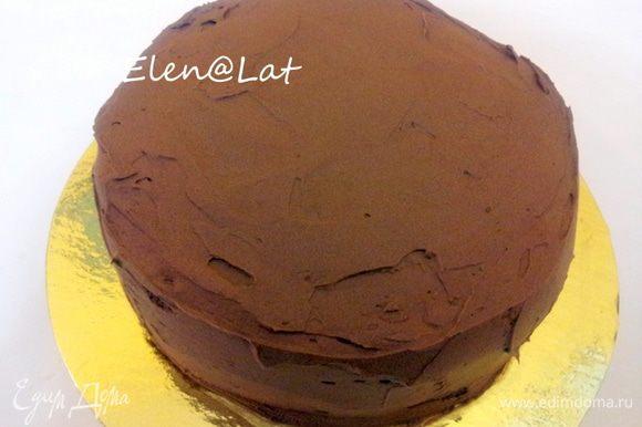 Затем у торта подровнять края и покрыть торт ганашем. Для этого подогреть сливки и темный шоколад, до полного его растворения. Охладить и взбить. Покрыть им торт. Охладить в холодильнике не менее часа. И можно уже приступать к поеданию этого вкуснейшего торта. НО у нас же праздничный торт, поэтому я буду украшать, и советую вам))) Сколько радости вы доставите себе и детям)))