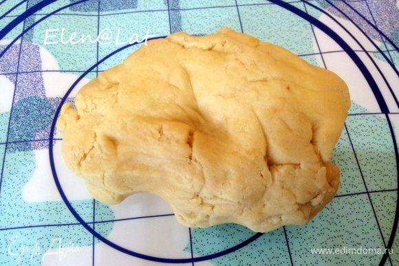 Для украшения: Печем песочное печенье в виде забора. Рецепт можно взять любой, т.к. у меня остались от безе желтки, тесто для печений я замесила именно с ними. Итак, смешать все ингредиенты для песочного теста и охладить в холодильнике в течении часа.