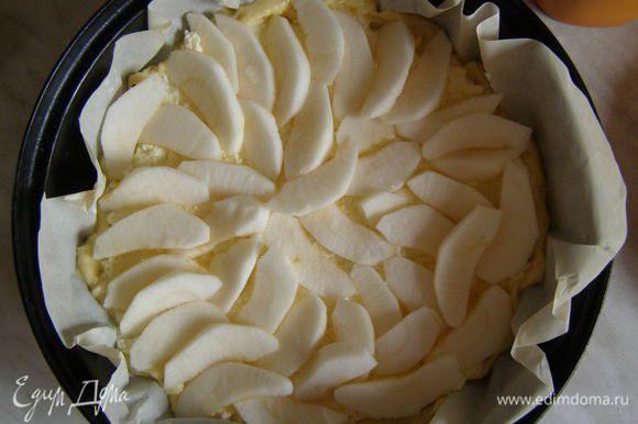 Творожную начинку выложить на тесто, сверху выложив яблоки.