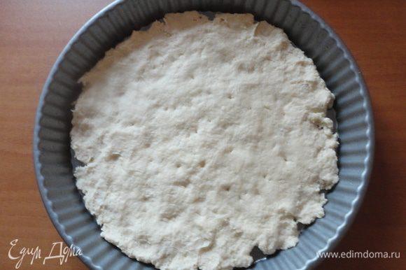 Разровнять тесто руками по смазанной растительным маслом форме, поставить на 30 минут в холодильник.