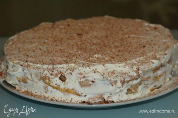 Для украшения - взбиваем сливки с сахарной пудрой, посыпаем тертым шоколадом. Если сможете дождаться, когда тортик немного настоится - будет намного вкуснее. Приятного аппетита!