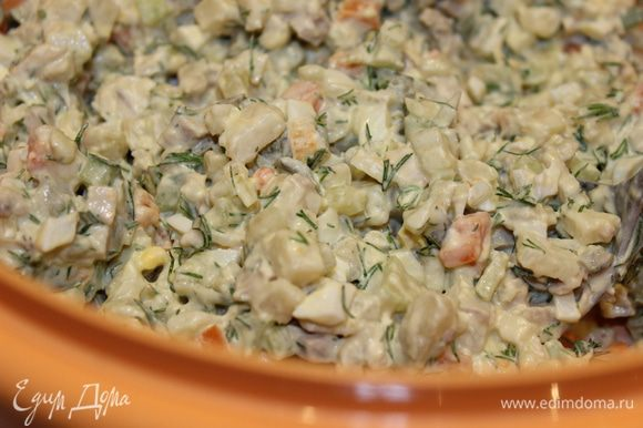 Все ингредиенты для салата нарезать мелким кубиком...посолить, поперчить...перемешать...заправить соусом