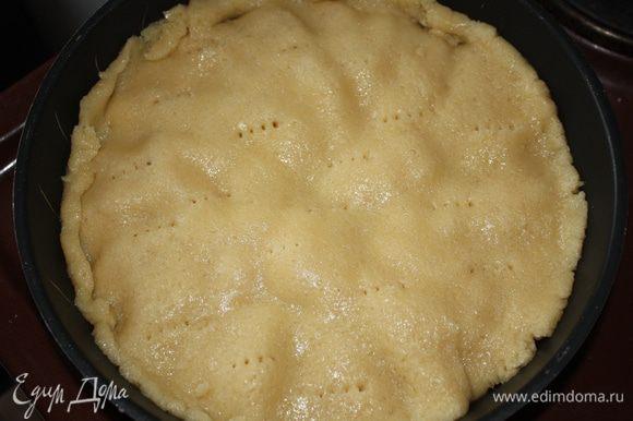 Раскатать тесто и накрыть им яблоки. Поставить в духовку на 25 минут.
