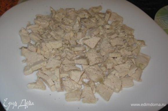 Отварите яйца и курицу. Курицу нарежьте небольшими кусочками выложите на дно и промажьте хорошо майонезом.