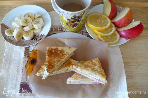1) вариант сладкий. 2 кусочка тостового хлеба (корки срезать), кружочки банана, сгущенка, корица, сливочное масло. Хлеб намазать маслом, каждый кусочек с одной стороны.