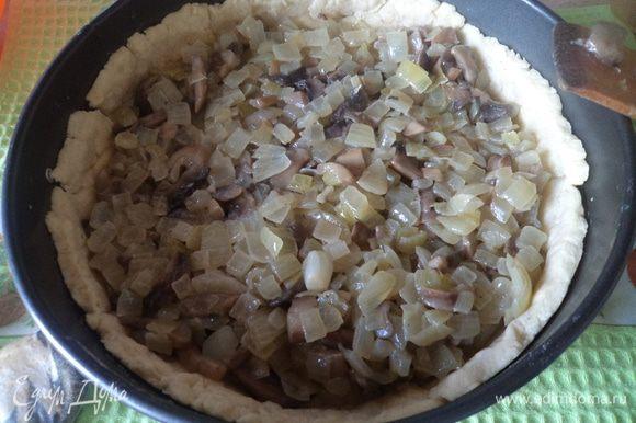 Делаем песочное тесто. Масло комнатной температуры перетираем с мукой (просеянной). Добавляем яйцо и соль. Вымешиваем и ставим в холод минут на 30.