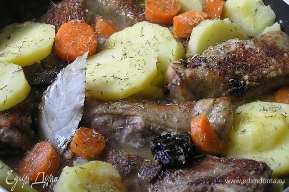 Добавить подготовленные овощи, бульон, лавровый лист, тимьян и тушить 20 минут.