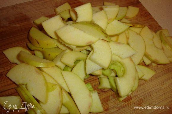 Из яблок (возьмите непрезентабельные кисленькие) вынимаем сердцевину, режем пополам и тонкими пластинами...