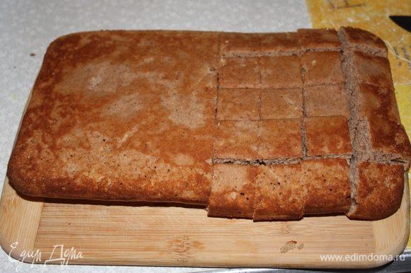 """Остывший шоколадный корж режем на кусочки примерно 1,5""""1,5 см."""