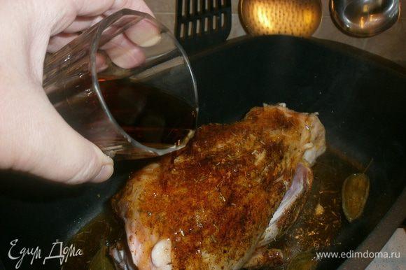 На дно кастрюли с толстыми стенками налить оливковое масло. Добавить оставшийся чеснок, розмарин, шавлию.Рульку слегка обжарить со всех сторон, чтобы закрылись волокна и не выходил сок.Вылить вино в кастрюлю, не попадая на мясо, дать выпариться алкоголю.Тушить под крышкой 2 часа на медленном огне, иногда переворачивать. Когда мясо начнёт отделяться от кости, снимаем с огня.