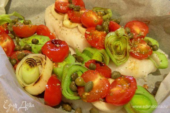 Филе рыбы выкладываем в форму для запекания, смазанную маслом. Солим, перчим по вкусу. Сверху выкладываем наши овощи. Запекаем в духовке минут 20, в зависимости от размера филе.