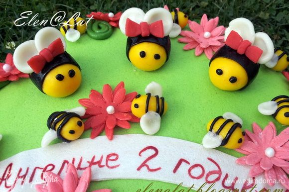 Теперь украшаем дальше наш торт, с помощью цветочков, маленьких пчелок.