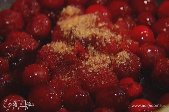 Приготовить соус: разогреть сковороду, выложить ягоды вместе с соком, добавить 1 ст. ложку сахара и готовить минут 5 на медленном огне.