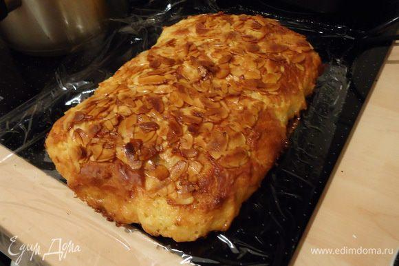 Достаем пирог из духовки и формы, оставляем остывать. В это время пока можно погрызть ирисные нити, который появились по бокам пирога там, где стекла начинка=))