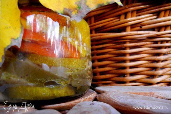 Хранить маринованные овощи необходимо в темном прохладном месте 2 недели, не трогая. Такие заготовки могут храниться до трех месяцев, но, как правило, улетают быстрее)))