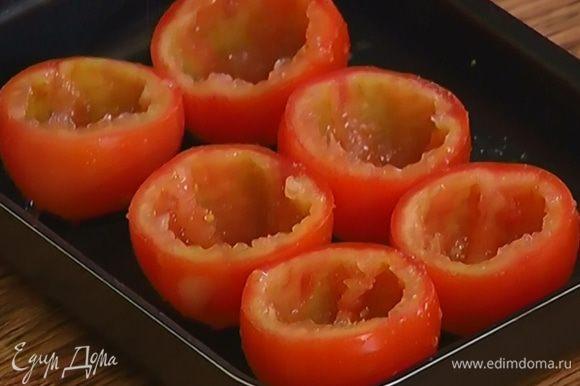 Поместить «чашечки» помидоров в небольшую форму для выпечки, посолить и поперчить их.